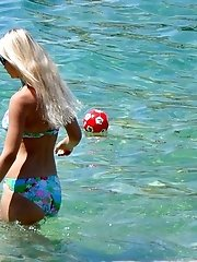 12 pictures - Perfect bikini asses spied on a cam